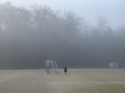 朝靄の校庭