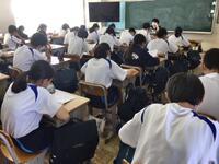 教室で静かに聞く生徒たち