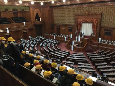 参議院議場の傍聴席に座り、説明を聞いています。