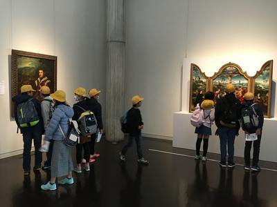 西洋美術館では、作品をくいいるように見つめていました