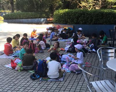 グループ活動で公園内を探検後子ども動物園での動物との触れ合い