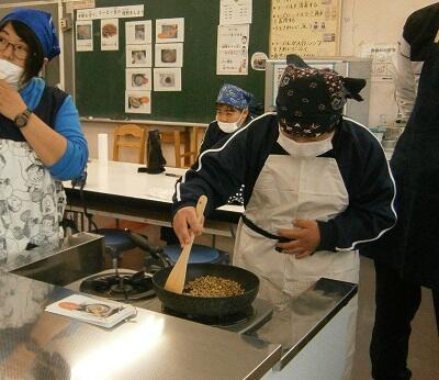 フライパンで色つくまで豆を煎る