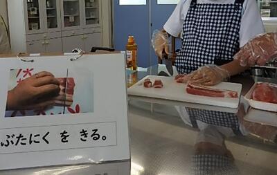 塊のお肉を切ります