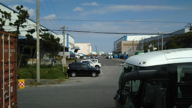 漁港は工場街の先にあります。